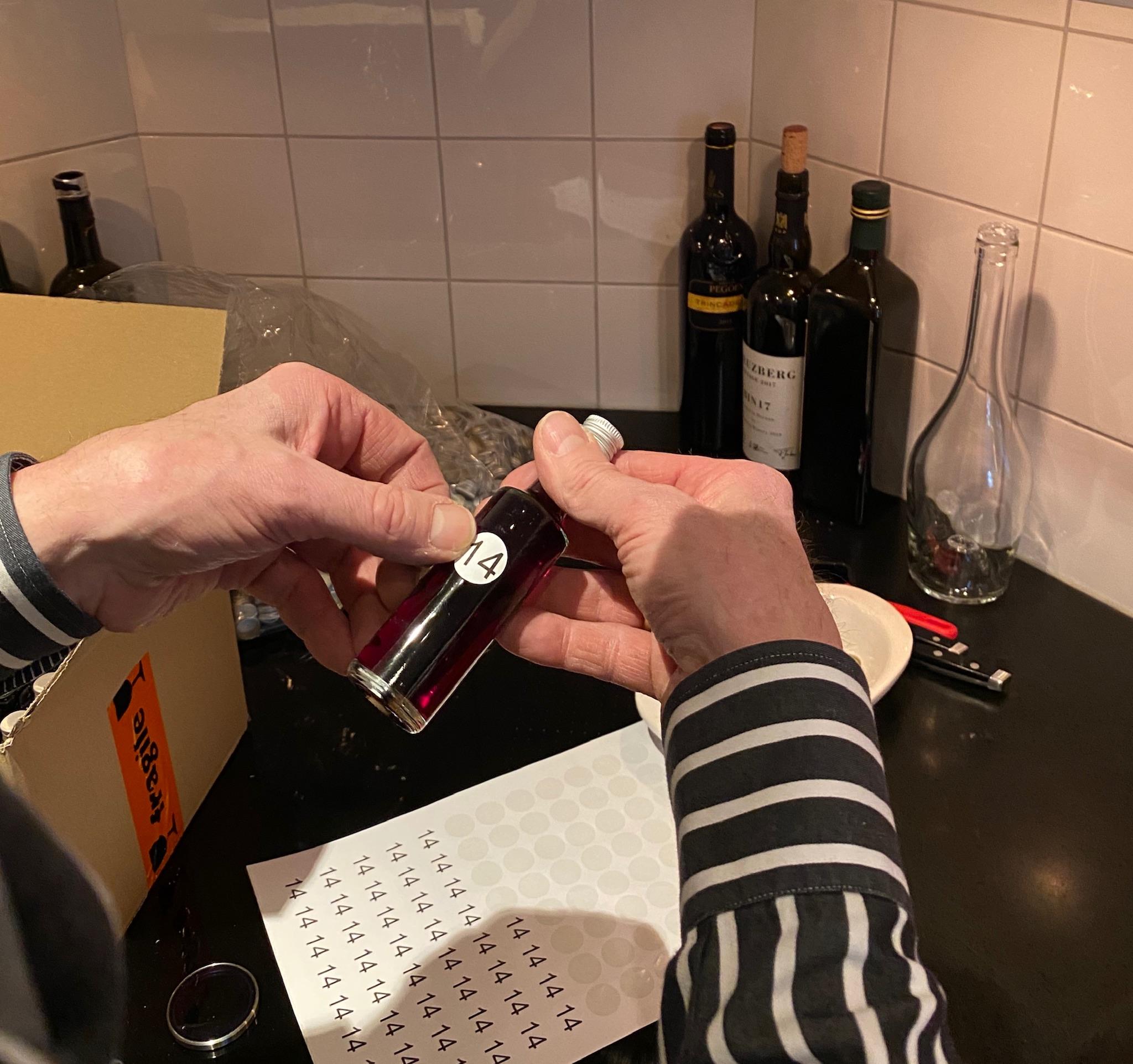 Flesjes etiketeren online wijnproeverij