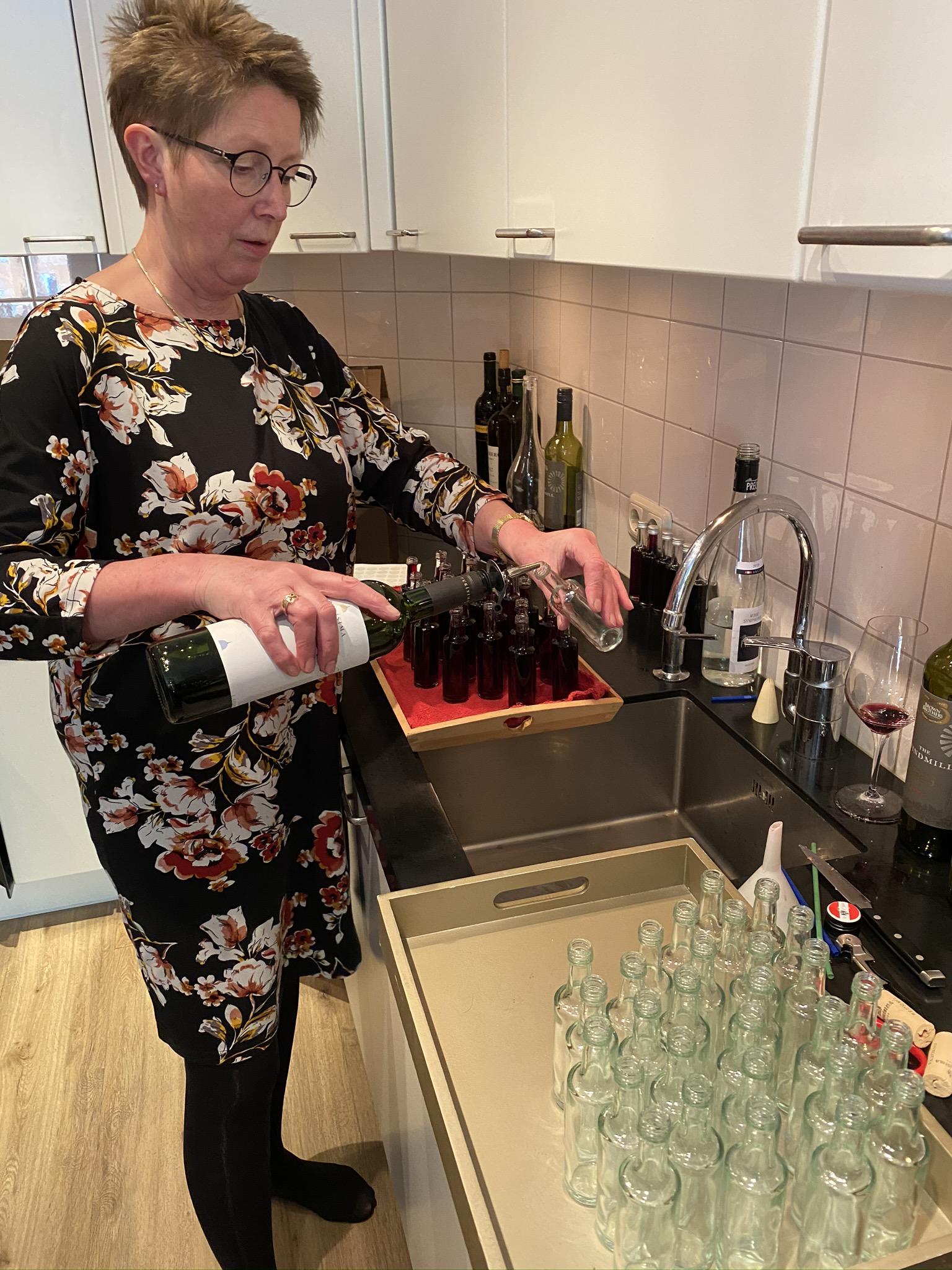 Handmatig flesjes vullen online proeverij