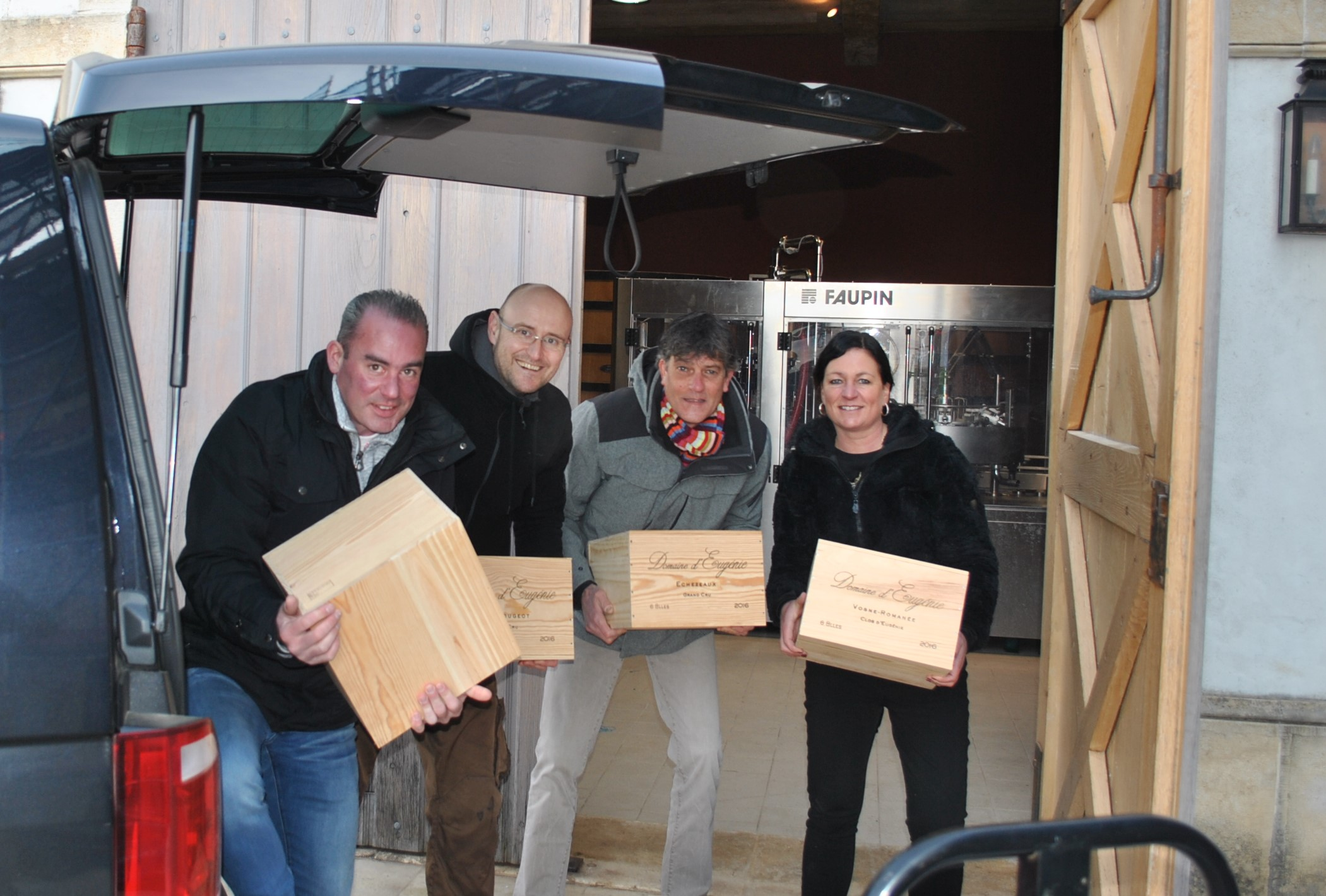 Kisten sjouwen bij Domaine Eugenie in Vosne-Romanee